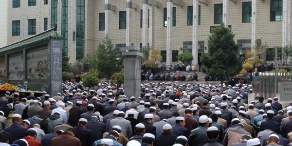 hundreds_praying